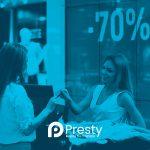 mujer comprando en tienda con tarjeta de credito presty