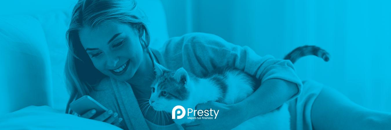 mujer con gato y celular presty